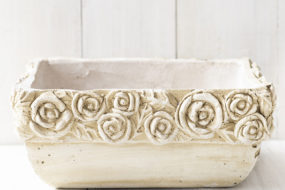 Contenedor beige tallado flores