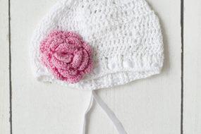 Gorrito blanco tejido con flor rosada