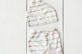 Cunita blanco con líneas de colores