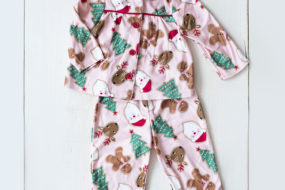 Pijama rosada con renos/arboles y santa (niña)