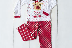 Pijama blanca y roja con puntitos y reno (niña)